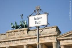 Schild Pariser Platz in Berlin vor Brandenburger Tor